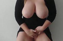 لديها كبير الثدي والملاعين لأنها تعرف أفضل
