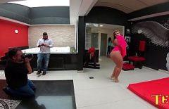 تصنع ريبيكا سانتوس أفلامًا إباحية مع عدة رجال يمارسون الجنس