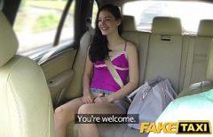 الصبي في سيارة أجرة هو قرنية جدا ويضرب موكله على مقاعد البدلاء
