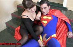 المرأة تمتص ديك سوبرمان له حتى يخفف كل شيء Xxx