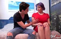 Xxx عمة شابة مع كبير الثدي مع الوشم على ثدييها الملاعين كبيرة