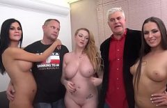 الاباحية مع أبي لديه ثلاث فتيات مثيرات يمارس الجنس مع شاب