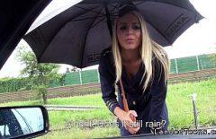 باناراما تجلس في المطر وعميلها يمارس الجنس معها تحت المطر