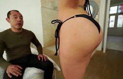 هذا الرجل يصور كيفية إعطاء ألسنة للنساء اللواتي لديهن مؤخرة وأثداء