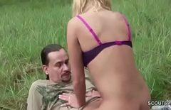 أوقف السيارة في الغابة وأجبرها على ممارسة الجنس معه في الغابة الثلاثون
