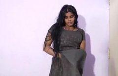 تذهب Indianca للاستحمام مع خليتها وتبدأ في ممارسة الحب