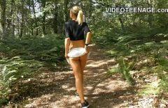 مارس الجنس الشابة في الجبل في شاليه الثلاثون وتريد أكثر صعوبة