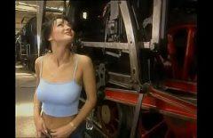 إنها تمارس الجنس مع بوسها جيدًا مع ميكانيكي قطار كما تحب