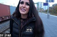 الهرة معلقة في الشارع ومارس الجنس حتى لا تعرف رأسها بعد الآن