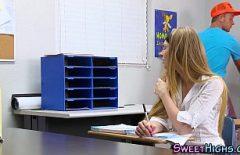 تلميذة نموذجية الملاعين لها الديك مع معلمتها