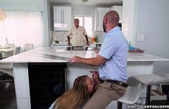 زوجة صديقه تخرج عن طريق الفم أثناء تواجده في المطبخ