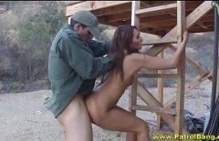 الصيادون يمارس الجنس مع الكلبة في الشاليه بعد ذلك بينهم Xxx