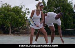 تلعب التنس مع سيمونا هاليب السوداء وتمارس الجنس في ملعب تنس إكس إكس إل