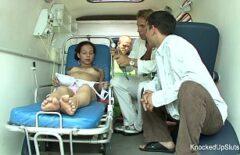 كس حامل الملاعين في سيارة الإسعاف مع ممرضتين